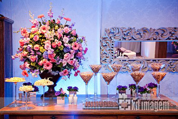 lilás e rosa no mobiliário móveis brancos e mesas pé luis xv além