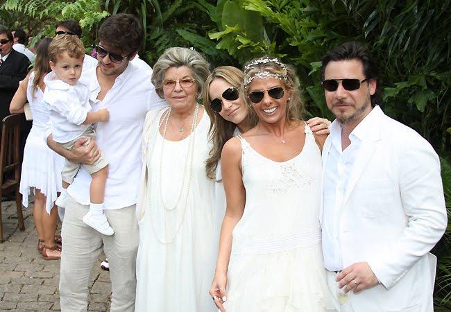 No casamento de Adriane Galisteu e Alexandre Iódice, o traje branco era um pedido dos noivos. Foto: Ego