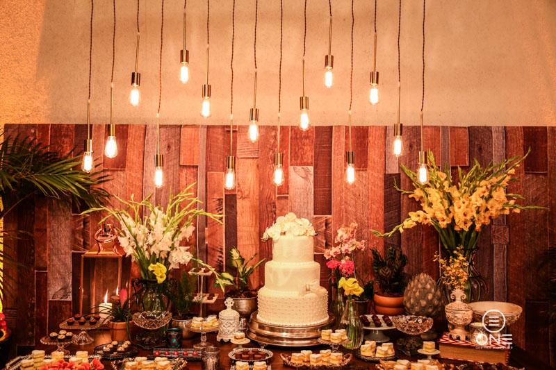 Decoração para Mini Wedding por Mparaiso e Flores Floragem - Iluminação e Luzinhas In-Color, Bolo Júnior Vieira - Doces Chocolateria Brasil e Bem-Casados Louise Lacourt