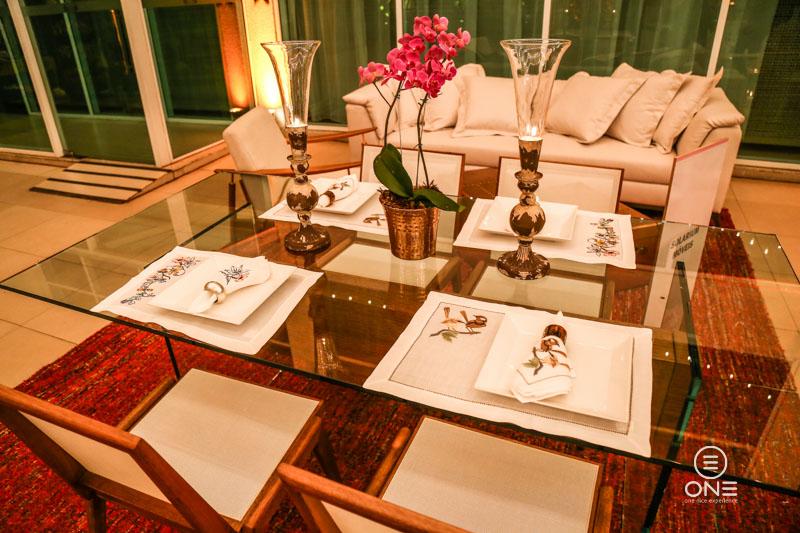 Espaço da Casa Montada com Solarium Móveis no Mobiliário e Espaço Benessere na mesa posta.