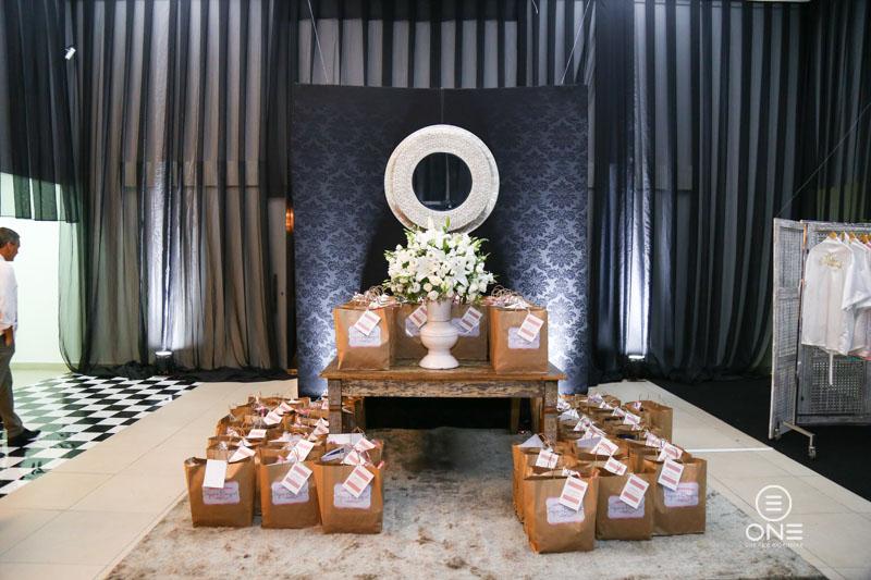 Sacolas entregues para as noivas na saída do Evento recheada de mimos dos parceiros do Blog - Confecção pela Irresistível Lembrança