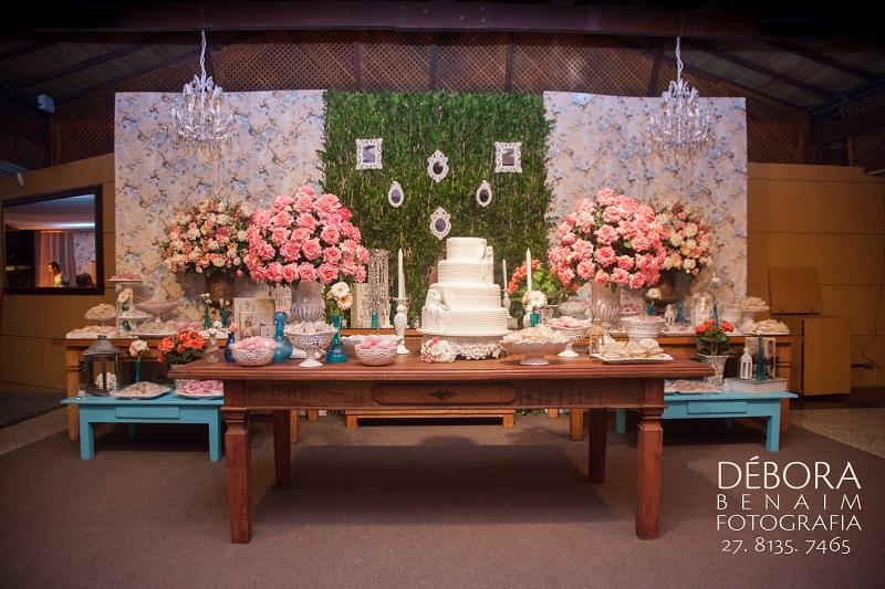 mesa de madeira bolo e doces