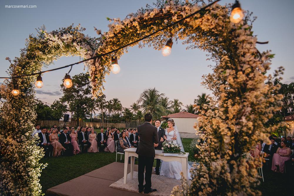 A Izis e o Márcio tiveram um lindo casamento ao ar livre, com cerimônia emocionante rodeada de verde, festa charmosa e super animada. Venha se inspirar!