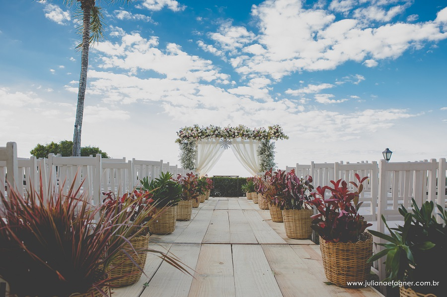 Casamento ao ar livre com decoração Boho Chic, com arranjos desconstruídos nos tons de rosa chá e rosa seco com toques de bordô e muitas folhagens. Vem ver!