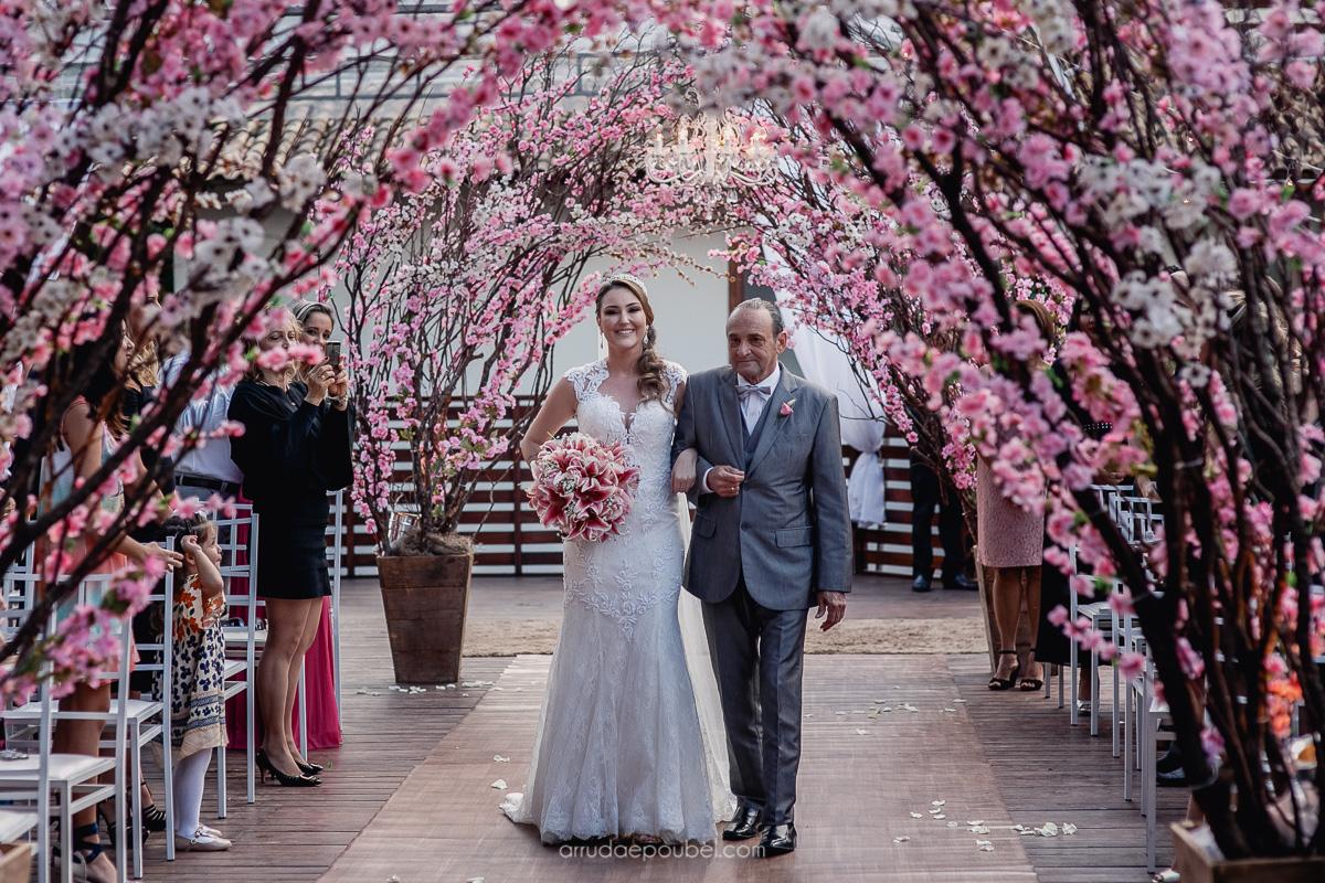 Um lindo casamento em Pedra Azul, realizado ao ar livre, com cerimônia e festa no mesmo local. Venham se inspirar no grande dia da Agatha com o Marlon!